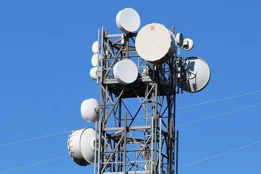 Telephone mast with microwaves